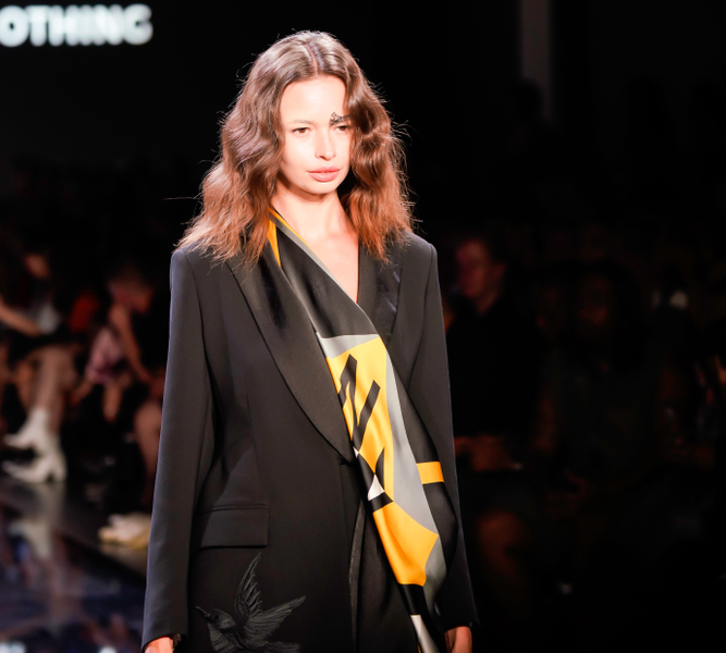 new york fashion week Eva Yiwei Xu show hairstyle